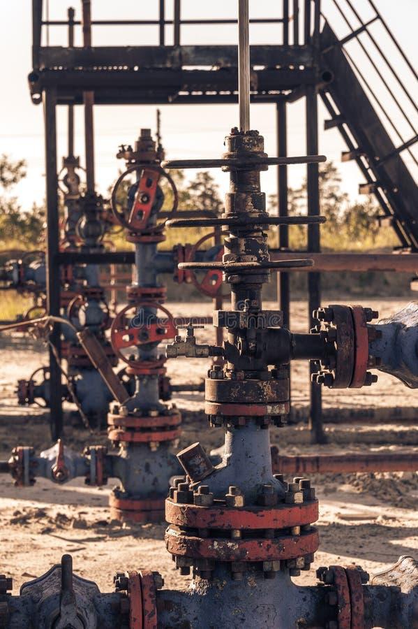 T?te de puits d'huile avec l'armature de valve Th?me d'huile et d'industrie du gaz Concept de p?trole images stock