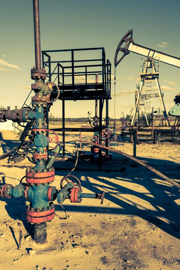 T?te de puits d'huile avec l'armature de valve Th?me d'huile et d'industrie du gaz Concept de p?trole photographie stock