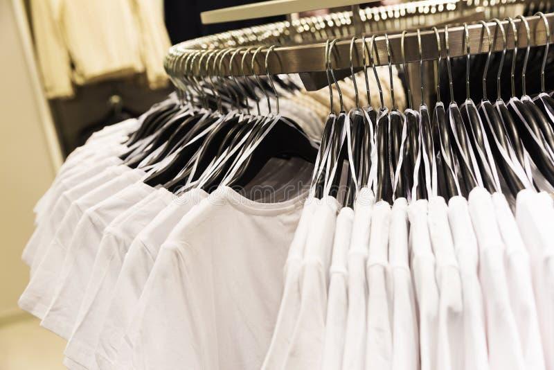 T-tröja som hänger på kuggen i ett lager royaltyfria bilder