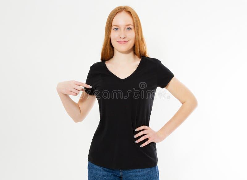 T-tr?jadesign, lyckligt folkbegrepp - le den r?da t-skjortan f?r svart f?r h?rkvinnablanko som pekar hennes fingrar p? henne, r?t arkivfoto