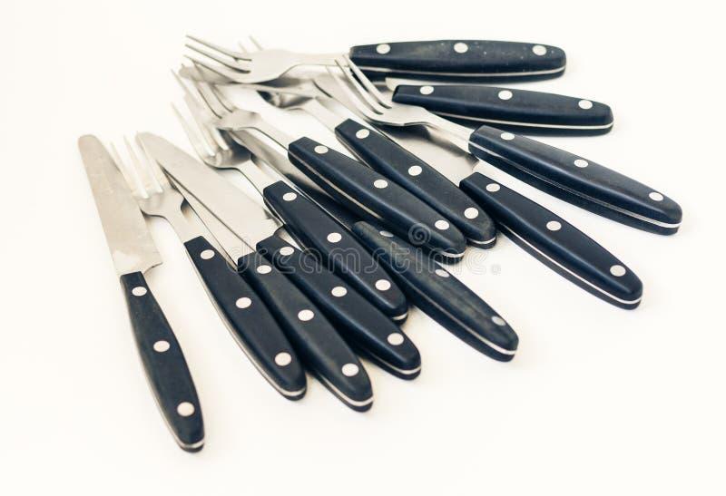 T?tt upp sex knivar och gafflar som isoleras p? vit bakgrund royaltyfri fotografi