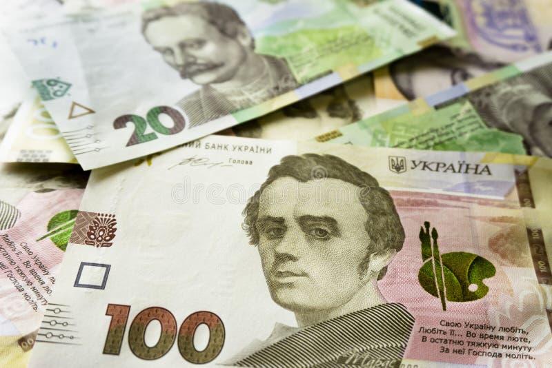 T?tt t?vla upp av ukrainska pengar 100, grivnia 20 f?r design och id?rika projekt arkivbilder