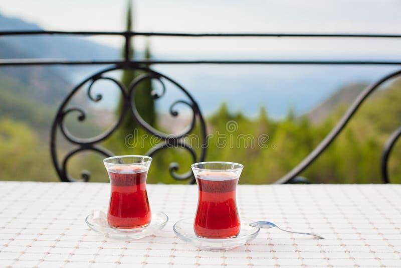 T? turco in vetro tradizionale Baia di Oludeniz di vista ed il mar Mediterraneo Vacanze estive, spiaggia, turismo immagini stock libere da diritti