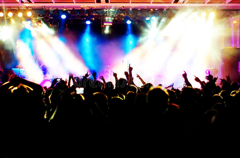 Download Tłum koncertowe sylwetki obraz stock. Obraz złożonej z zabawa - 19910039