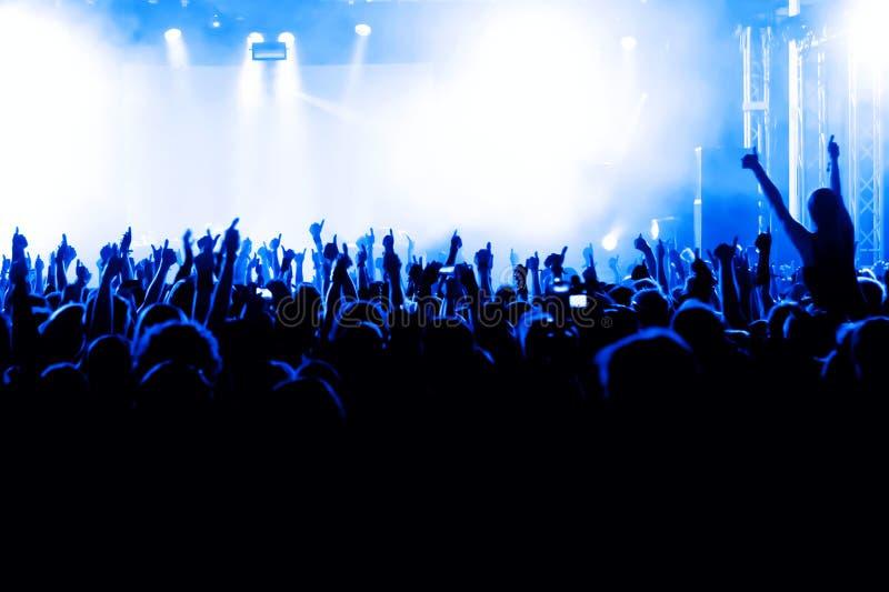 Download Tłum koncertowe sylwetki obraz stock. Obraz złożonej z tłum - 19910047