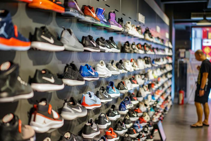 Taïpeh, TAÏWAN - 2 octobre 2017 : Le magasin local de Nike à Taïpeh, Taïwan, montre des chaussures de sport sur l'étagère à vendr photos libres de droits