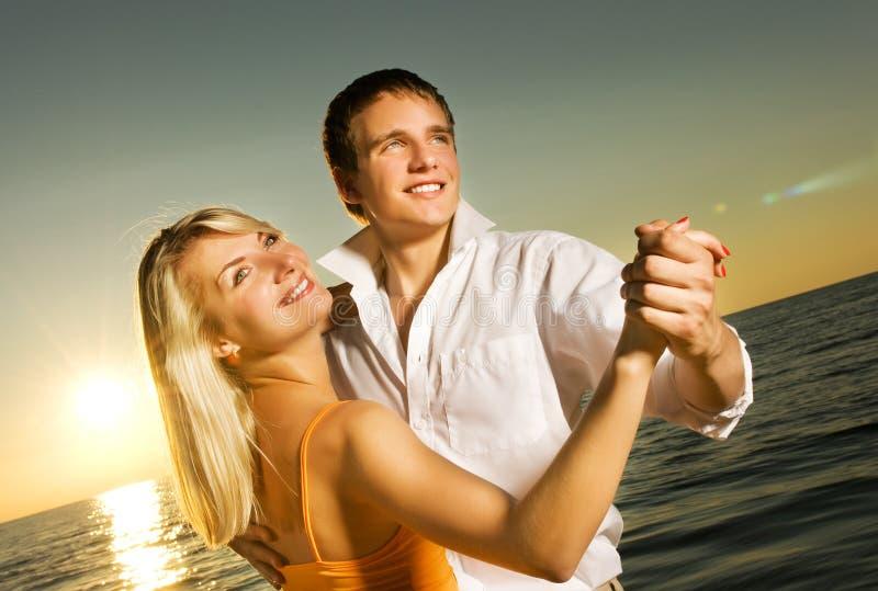 tańczące młodych par zdjęcie stock
