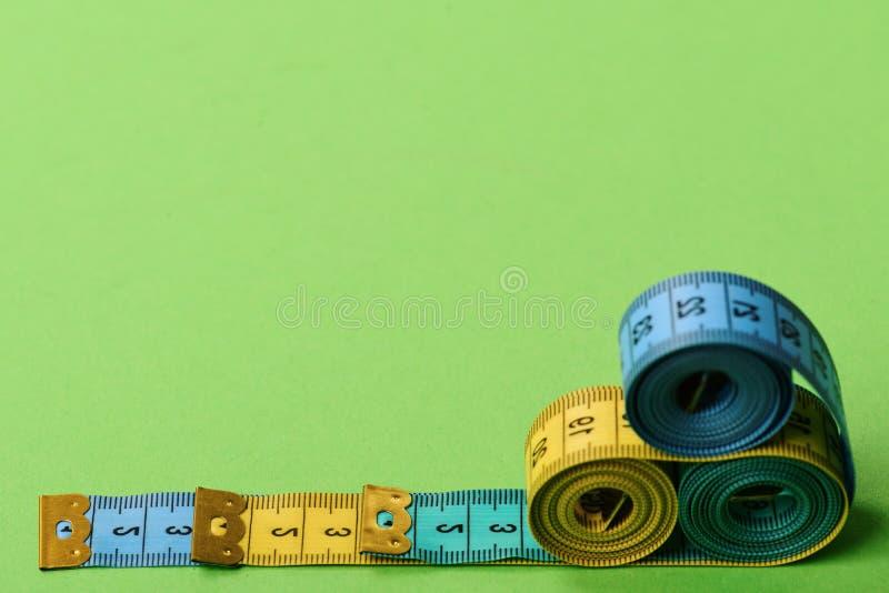 Taśm miary cyan, błękitne, kolorów żółtych kolory umieszczający w ostrosłupie zdjęcia royalty free