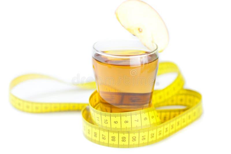 Taśma, jabłka i szkło jabłczany sok odizolowywający na bielu, zdjęcia stock