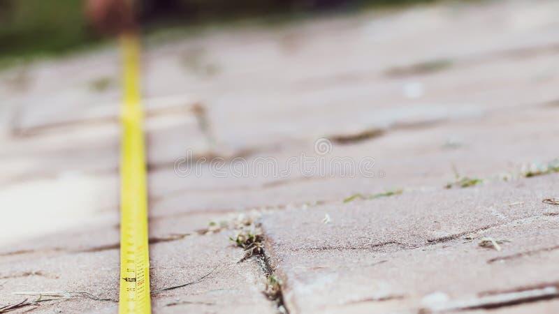 Taśmy drogi miara Mężczyzna ręki trzymają pomiarowej taśmy zdjęcie royalty free
