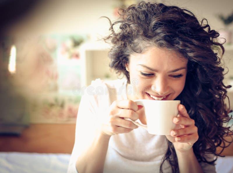 Ta att första smutt av nytt kaffe i morgonen royaltyfri bild