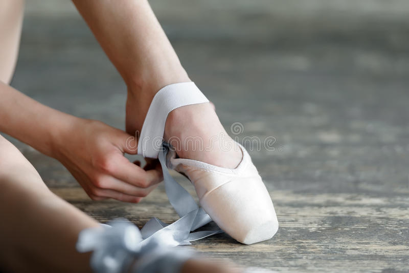 Ta av balettskorna efter repetition eller arkivbild