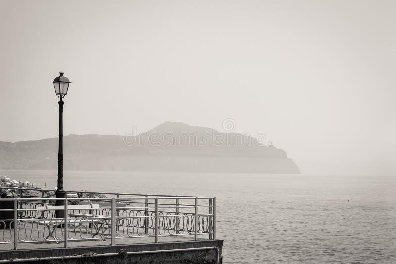 Ta av planen på promenaden som vänder mot medelhavet på Genoa Nervi fotografering för bildbyråer