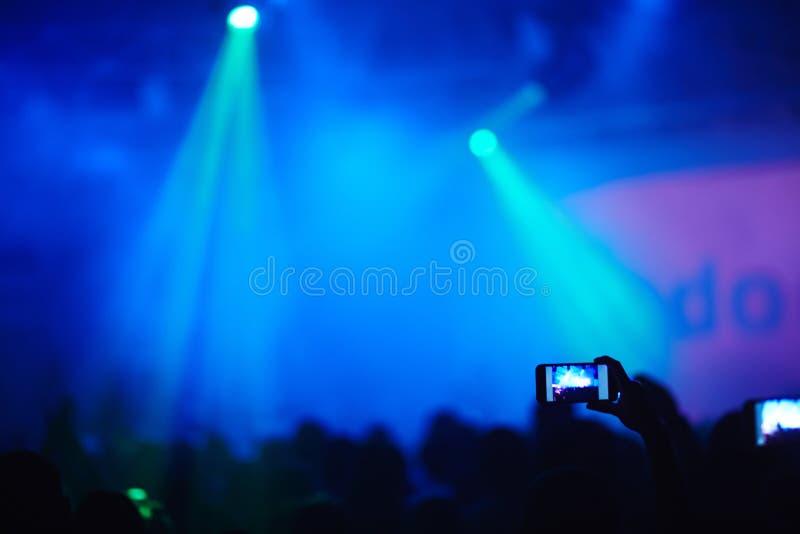 Ta bilden på konserten royaltyfri fotografi