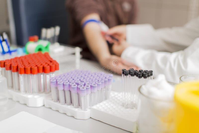 Ta blod i laboratorium royaltyfri foto