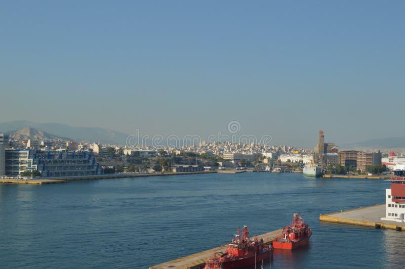 Ta den kommersiella porten av Piraeus från en kryssning Kryssningar för arkitekturlandskaplopp royaltyfria bilder