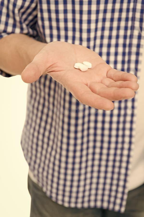 Ta detta piller f?rgiftar pills Medicinpiller eller vitamin p? den manliga handen Vita vitaminpills Vitaminkomplex vitamin royaltyfria bilder