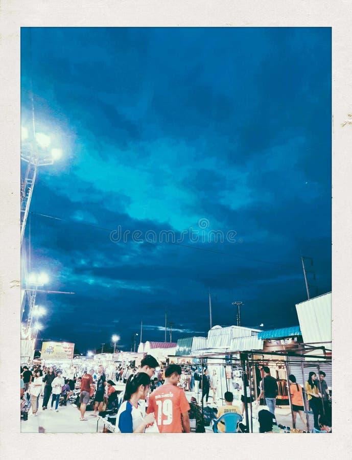 Ta ditt paraply Det ser som det ska regna P? marknaden royaltyfri foto