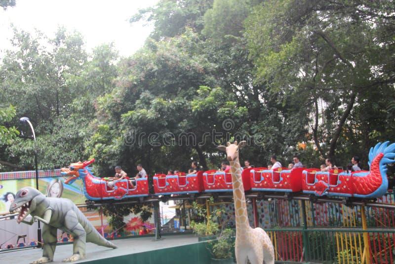 Ta drakekustfartyget av turisterna i nöjesfält i SHENZHENEN Zhongshan parkerar arkivfoto