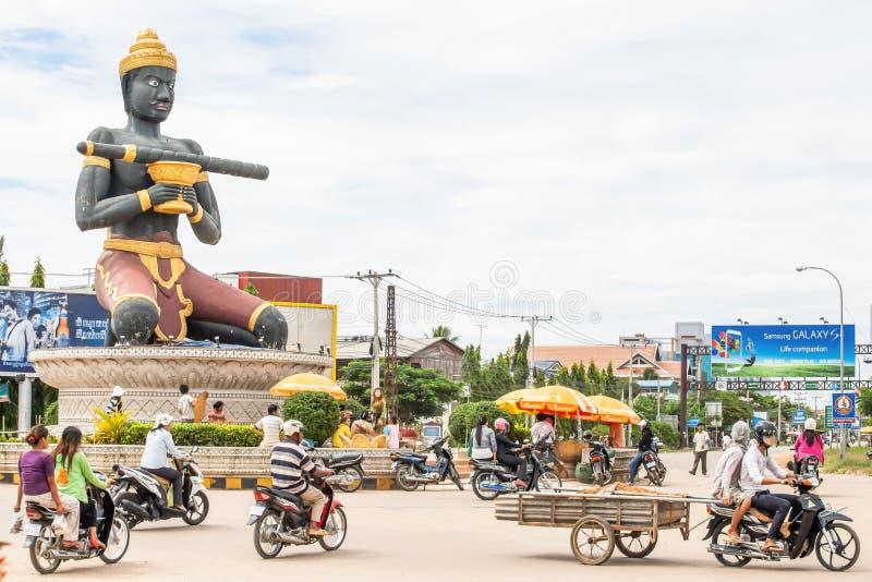 Ta Dumbong Kro Nhong雕象和高棉族马德望,柬埔寨环形交通枢纽的  库存照片