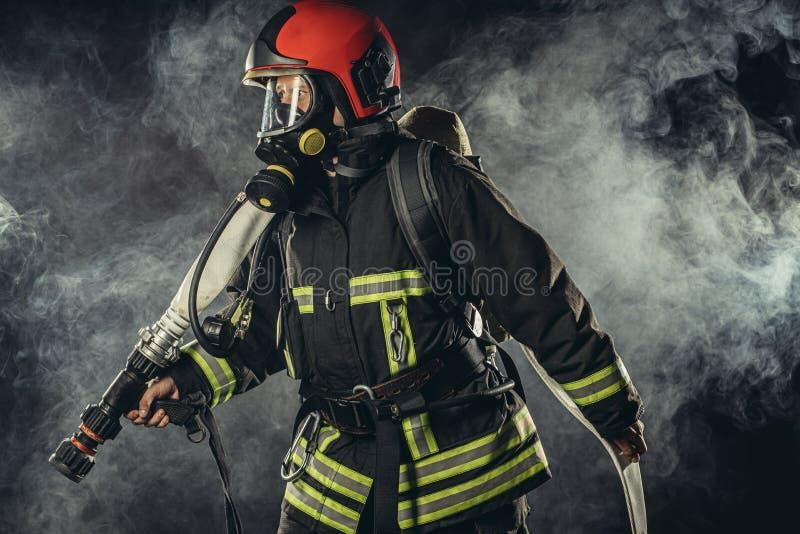 Ta en allvarlig och säker brandsläckare med utrustning fotografering för bildbyråer