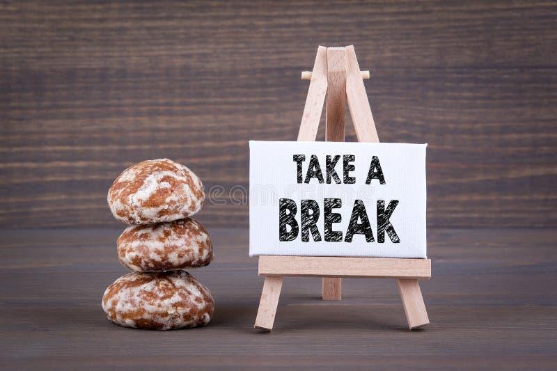 Ta ett avbrott Kex med söt fyllning på en träbakgrund fotografering för bildbyråer
