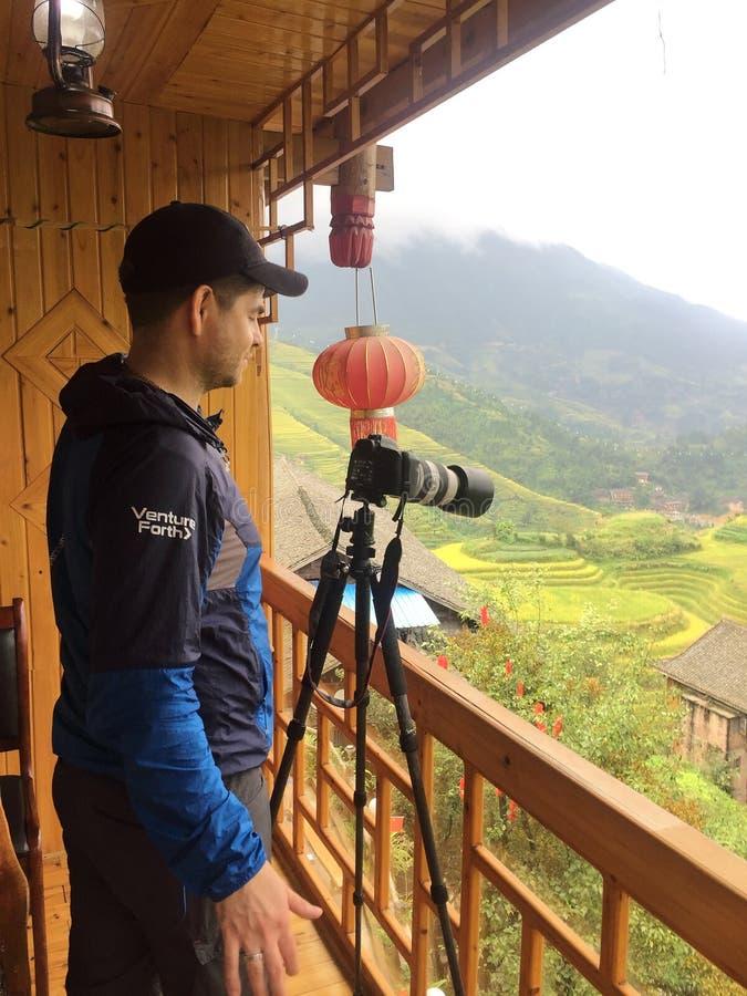 Ta ett foto på den hotellbalkongLongji terrassen i Guilin, Kina arkivfoton