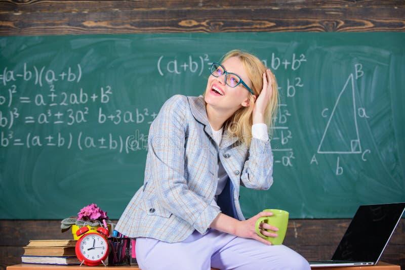 Ta ett minimalt avbrott Arbetsförhållanden för lärare Arbetsförhållanden som presumtiva lärare måste betrakta Kvinna royaltyfria bilder