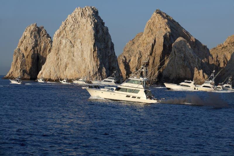 Ta för Sportfishing fartyg av i början av en fisketurnering i Cabo San Lucas royaltyfri fotografi