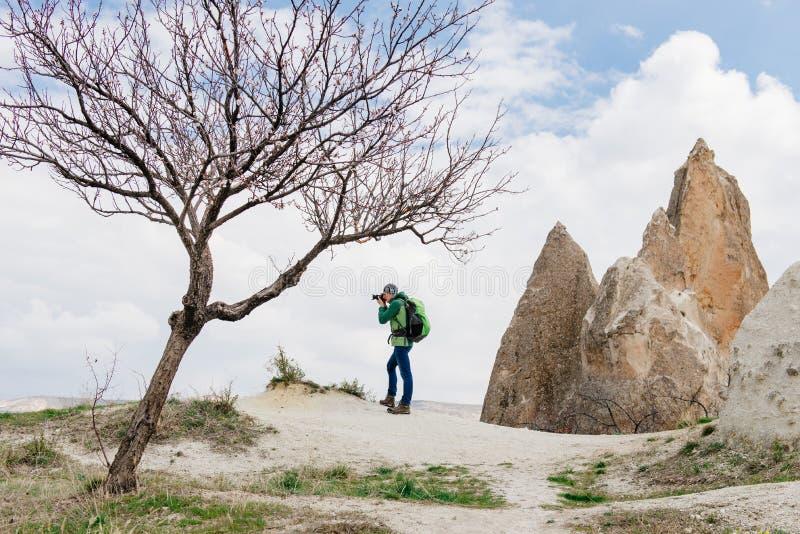 Ta foto av landskapet för stenigt berg i Cappadocia fotografering för bildbyråer