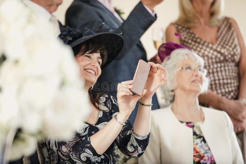 Ta foto på bröllopmottagandet arkivfoton