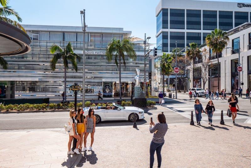 Ta foto på Rodeo Drive i Beverly Hills - KALIFORNIEN, USA - MARS 18, 2019 royaltyfri bild