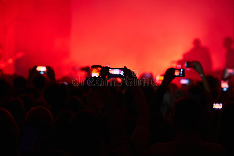 Ta fotoet på konserten arkivbild