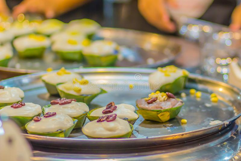 Ta gaat, Thaise pudding met kokosnotenbovenste laagje Thais dessertsnoepje met romige kokosnotentapioca en erwtenpudding (Ta-ga)  stock fotografie