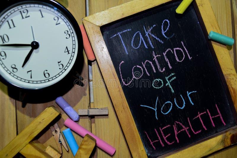 Ta kontroll over din hälsa på färgrikt handskrivet för uttryck på den svart tavlan arkivbild