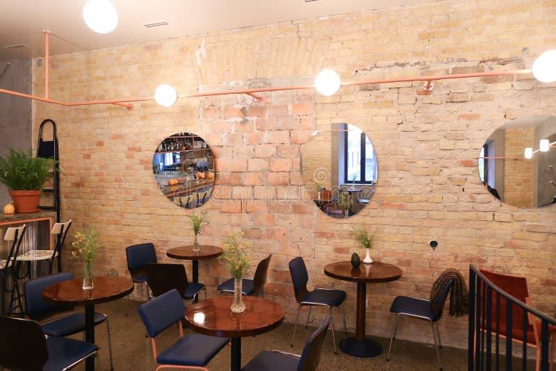 Ta läget i moderiktigt kafé eller restaurang på flyttning royaltyfria bilder