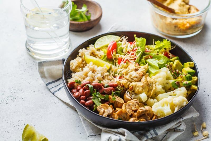 ?ta lunch vegetarian R?riers med champinjoner, b?nor, sallad och hummus i den svarta plattan, ren eatind fotografering för bildbyråer