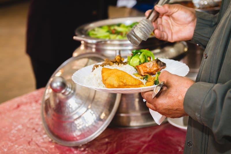 Ta mat från buffé royaltyfri bild