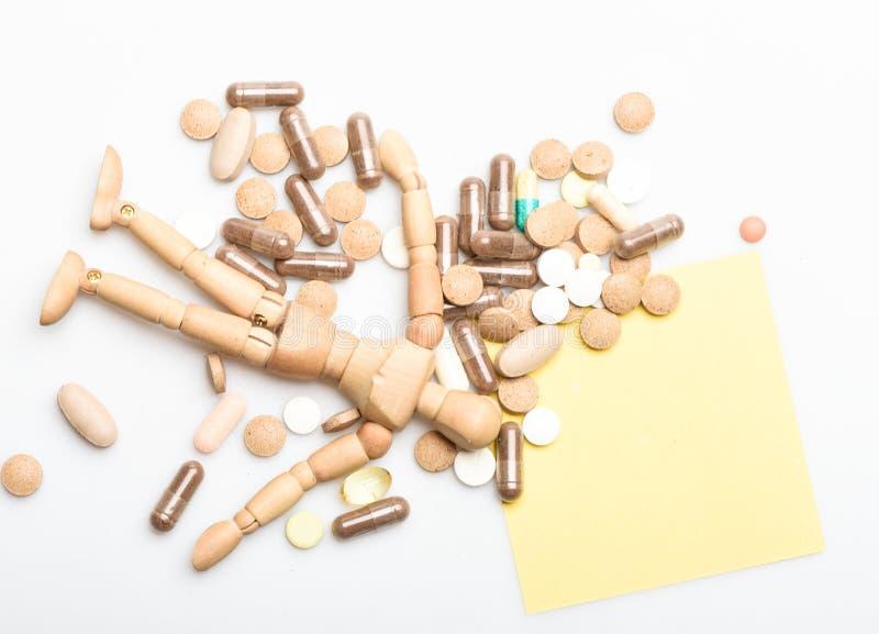 Ta medicinbegreppet hälsa och behandling Hälsovård och problem Immunitet- och medicinvitaminer Överdos och royaltyfri foto