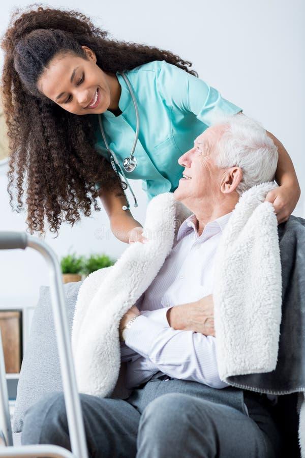 Ta omsorg av patients komfort royaltyfri fotografi