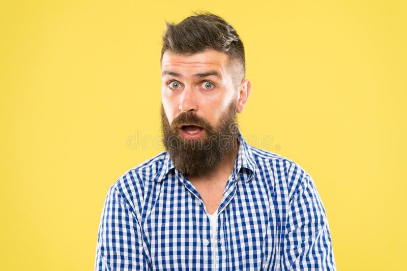 Ta omsorg och väx ett skägg Förvånad hipster med väl ansad mustasch- och skäggomsorg Uppsökt man som förvånas med arkivfoton