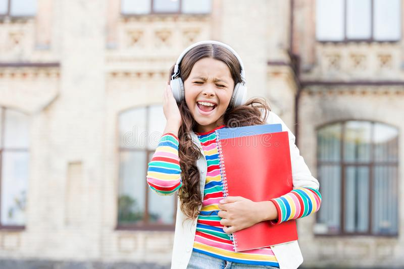 Ta piosenka jest świętem radości Szczęśliwa dziewczynka śpiewająca obok ulubionej piosenki Małe dziecko lubi szkołę obrazy stock
