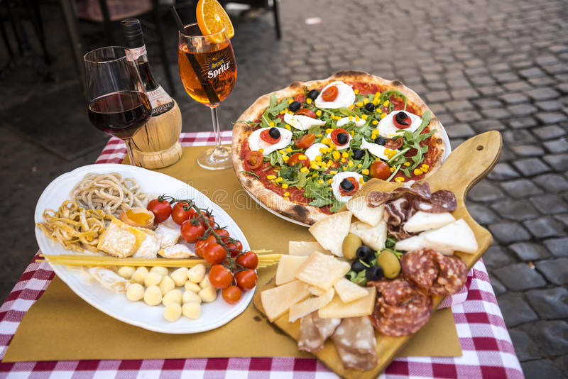 Ta prov mat utanför restaurang i Campoen di Fiori i Rome Italien arkivfoto