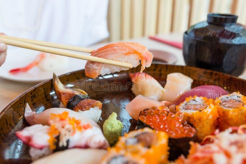 Ta sushi med pinnar arkivbild