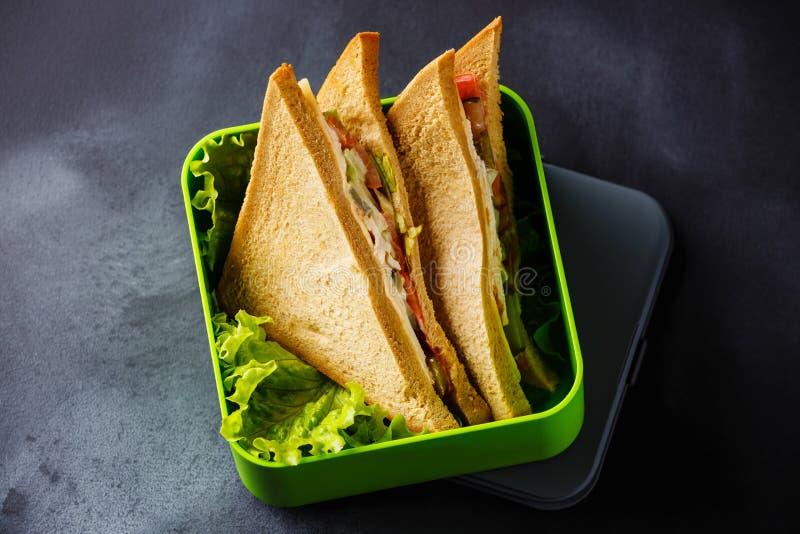 Ta ut matsmörgåsar i lunchask arkivbild