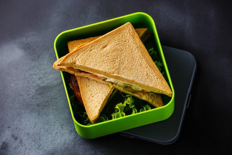 Ta ut matsmörgåsar i lunchask royaltyfria bilder