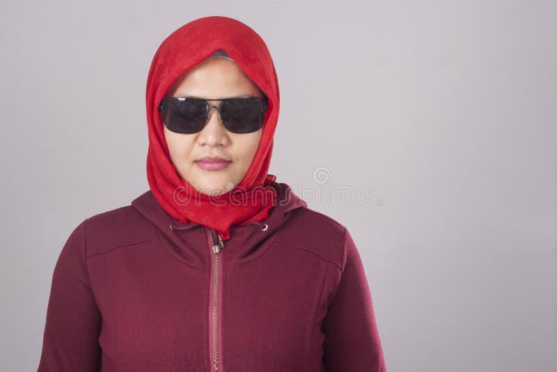 Taaie Moslimdame in Rood stock foto