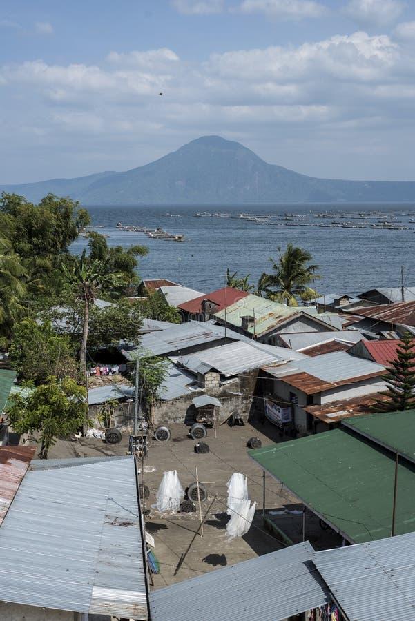 Taal火山的湖的岸的村庄在八打雁省,菲律宾 免版税库存照片