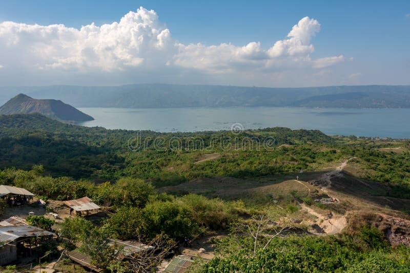 Taal è un vulcano attivo nelle Filippine, popolare attrazione turistica nel paese Situata sull'isola di Luzon a sud di immagini stock
