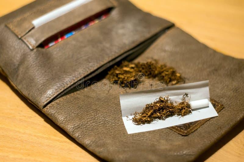 Download Tabacco皮革囊 库存照片. 图片 包括有 生活方式, 吸烟者, 抽烟, 纸张, 有害, 烟草, 重点 - 62530878